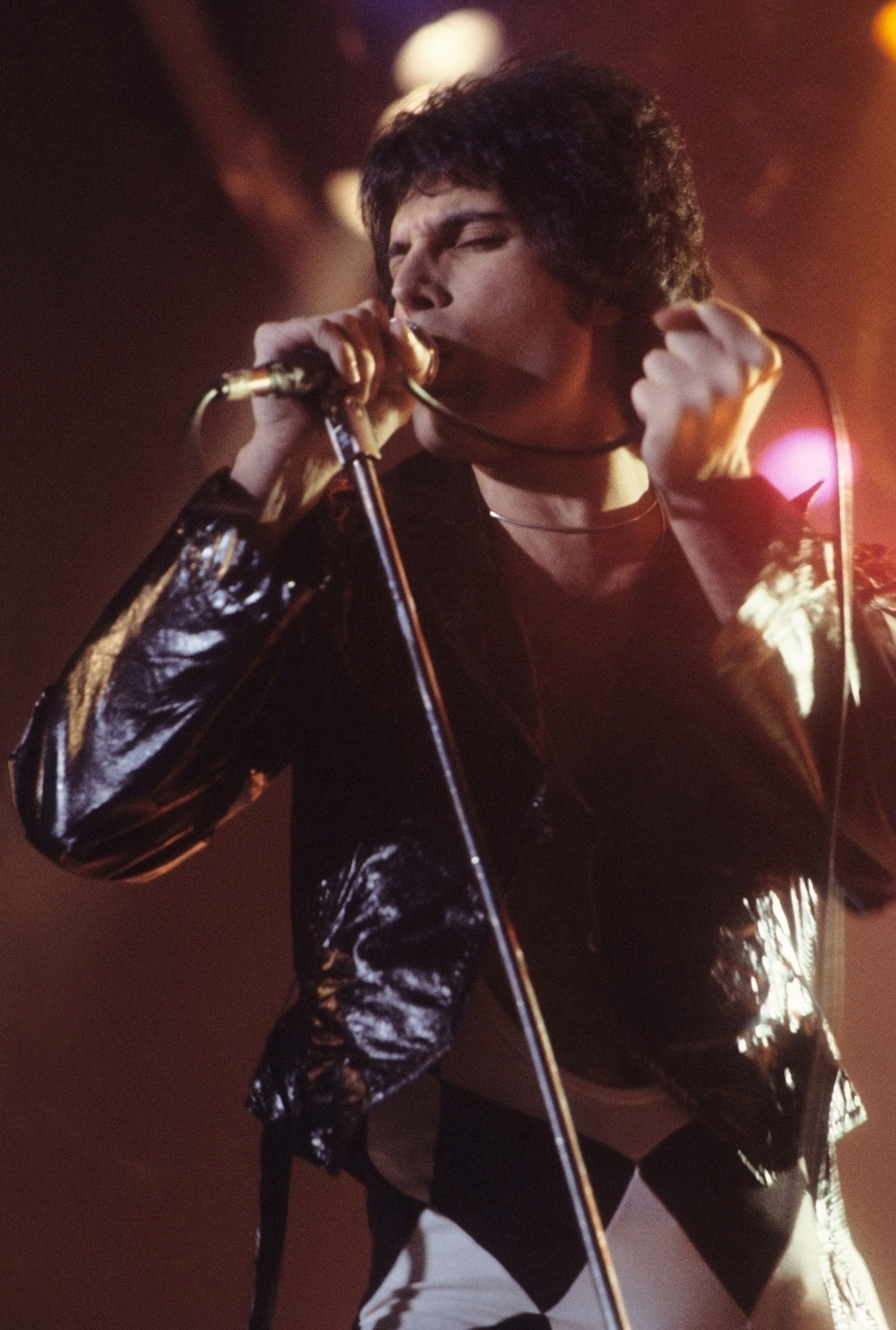 Freddie_Mercury_performing_in_New_Haven,_CT,_November_1977